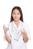 有水和医学的年轻亚裔女性医生 免版税库存图片