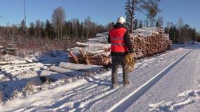 有绳索和轴的伐木工人走在堆的积雪附近注册冬天 股票视频