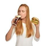 有黑啤酒杯子和汉堡三明治汉堡包的妇女 免版税库存图片
