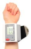 有仪器的手为测量的血压 库存图片