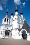 有黑圆顶的白色教会在妇女的修道院里 库存照片