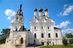有黑圆顶的白色教会在妇女的修道院里 图库摄影