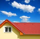 有黏土瓦片的屋顶 免版税库存照片