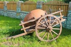 有黏土水罐的木推车,哈萨克斯坦 免版税库存图片