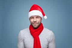 有戴圣诞节帽子的胡子的英俊的人 图库摄影