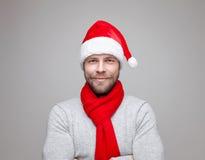 有戴圣诞节帽子的胡子的英俊的人 库存图片