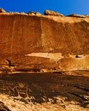 有刻在岩石上的文字的峡谷屏障 库存图片