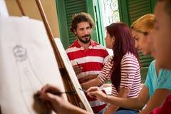 有绘在类的老师和学生的艺术学校 免版税库存图片