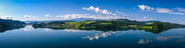 有水坝和老城堡的湖Czorsztynskie 库存照片