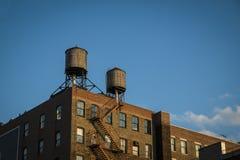 有水塔的老工厂,纽约 免版税库存图片