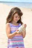 有贝壳的女孩 免版税库存图片