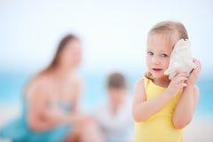 有贝壳的小女孩 免版税图库摄影