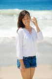 有贝壳的美丽的妇女在海滩 库存照片