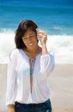 有贝壳的美丽的妇女在海滩 免版税图库摄影