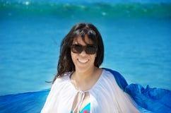 有贝壳的美丽的妇女在海滩 免版税库存图片