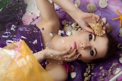 有贝壳的美丽,年轻,船舶女孩 免版税库存图片