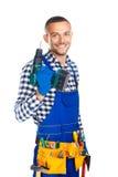 有钻子和工具传送带的愉快的微笑的建筑工人 库存图片