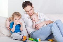 有婴孩和学龄前儿童的妈咪 免版税库存照片