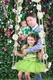 有婴孩和小女孩的微笑的父亲有在头的三叶草的 免版税库存图片