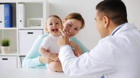 有婴孩和医生的愉快的妇女诊所的 股票视频