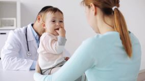 有婴孩和医生的愉快的妇女诊所的 影视素材