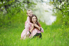 有婴孩庭院的妈妈 免版税库存图片