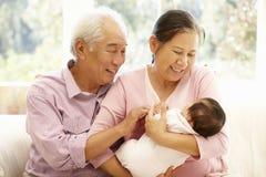 有婴孩的亚裔祖父母 库存照片