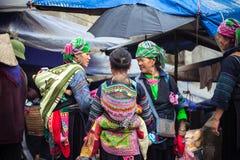 有婴孩的全国衣裳的,越南Hmong妇女 免版税库存图片