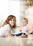 有婴孩的妈妈十一个月 免版税库存照片