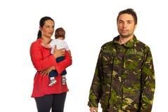 有婴孩的母亲走向军事父亲 免版税库存图片