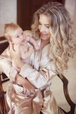 有婴孩的美丽的母亲 拥抱她的女儿孩子的妈妈 Happ 图库摄影