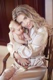 有婴孩的美丽的母亲 拥抱她的女儿孩子的妈妈 Happ 免版税库存照片