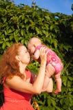 有婴孩的美丽的年轻母亲 库存照片
