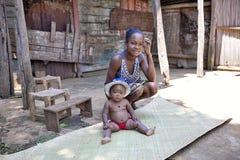 有婴孩的, 10月17日年轻母亲 2016年,马达加斯加 免版税库存图片