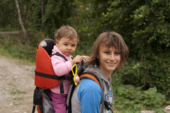 有婴孩远足的母亲妈妈 免版税库存图片