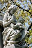 有婴孩雕象的少妇 库存照片