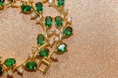 有绿宝石的金黄镯子 免版税库存照片