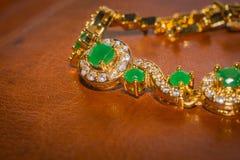 有绿宝石的金黄镯子 免版税库存图片