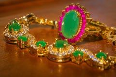 有绿宝石的金黄镯子 库存照片