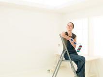 有画家路辗的,住所改善的概念妇女 免版税库存照片