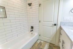 有绝密的白色墙壁在有浴盆的卫生间和阵雨里在圣地亚哥 库存图片