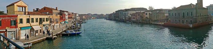 有水小船运河和传统建筑的全景在Mur 库存图片