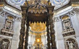 有贝尔尼尼的baldacchino的法坛在圣伯多禄的大教堂,梵蒂冈。 库存图片