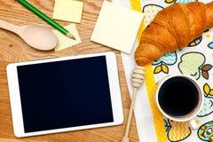 有黑屏和咖啡的片剂在木桌上 顶视图 库存图片