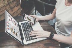 有黑屏的特写镜头膝上型计算机在木桌上 使用数字式小配件的妇女 嘲笑 免版税库存图片
