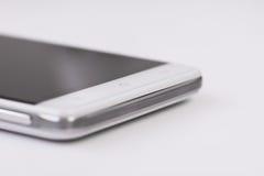 有黑屏的白色智能手机在白色背景,在家庭按钮的选择聚焦 免版税库存照片