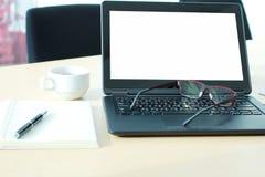 有黑屏的膝上型计算机在书桌上在会议室 免版税图库摄影