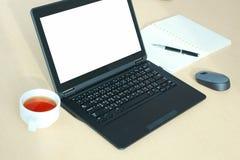 有黑屏的膝上型计算机在书桌上在会议室 免版税库存照片