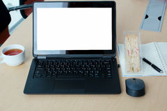 有黑屏的膝上型计算机在书桌上在会议室 库存照片