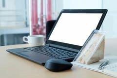 有黑屏的膝上型计算机在书桌上在会议室 免版税库存图片